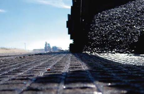 サンゴバン・アドフォースの鋪装強化材である GlasGrid® を使用することで、アスファルトの道路、空港の滑走路、橋梁を亀裂から守ります。