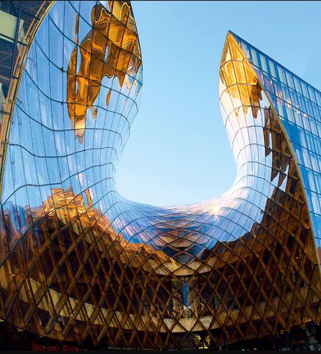 特徴ある天井のデザインに、サンゴバンのグラスウール吸音板が大きく貢献しています。