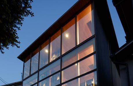 高性能ガラスの使用によるユーザビリティーおよびデザイン性の向上を評価され、SAGEの導入が決定しました。